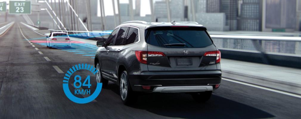 Mantiene la distancia establecida ajustando la velocidad de seguimiento detrás de vehículos detectados.