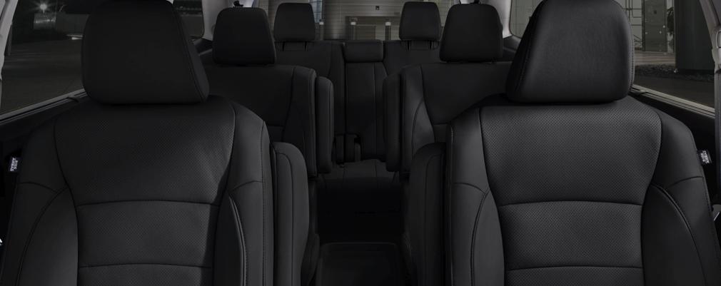 Todas las versiones incluyen asientos con ajustes eléctricos, tapizados en cuero y butacas delanteras calefaccionadas en la versión Touring.