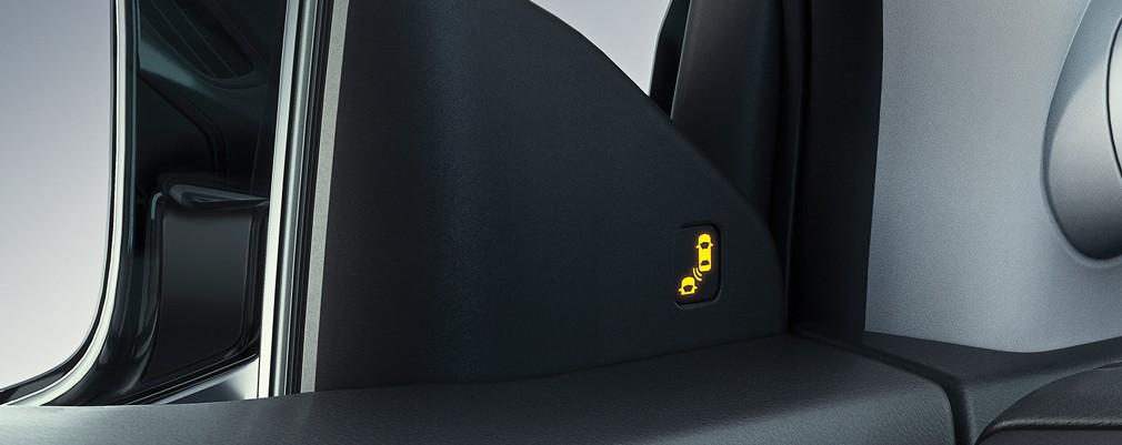 Mediante sensores situados en el paragolpes trasero alertan al conductor cuando detecta vehículos que se acercan en un carril adyacente, alertándolo mediante una señal situada en la parte interior de los espejos laterales.