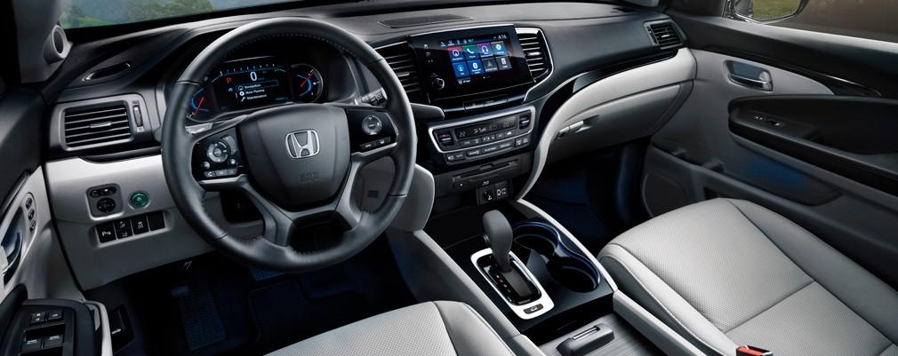 El interior de la PILOT presenta un diseño limpio y refinado en donde se combinan diferentes tipos de materiales de calidad superior. Ofrece nuevos niveles de conveniencia y tecnología fácil de usar.