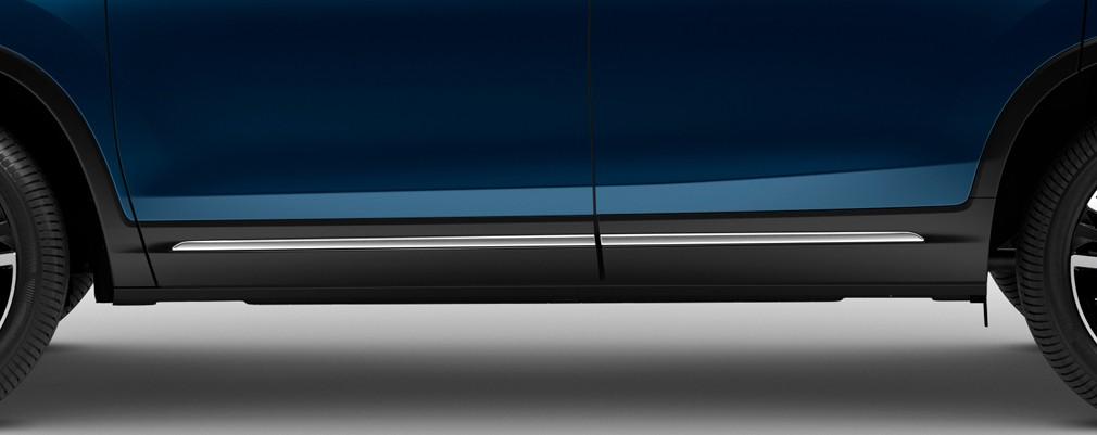 En la parte baja de ambos paragolpes y puertas laterales se aplicaron molduras con terminaciones en cromo (Versión Touring).
