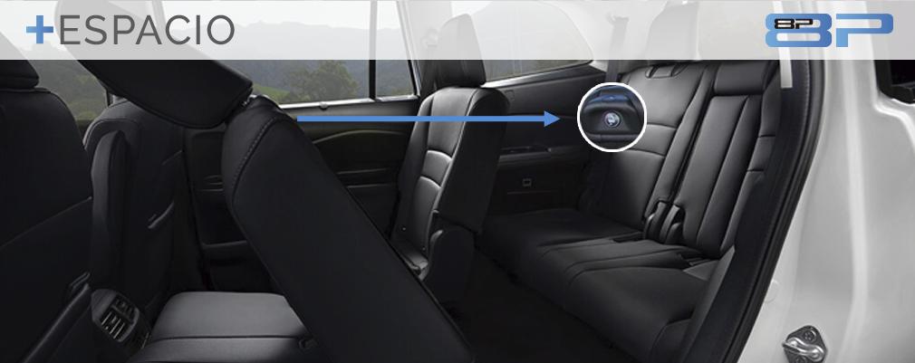 """La Pilot es además uno de los pocos modelos del segmento que ofrece tanta comodidad ya que tiene capacidad de 3 pasajeros en la segunda y tercera fila, la cual es fácil de acceder gracias al sistema """"One-Touch Walk-in""""."""