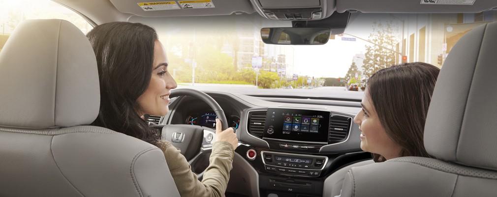La Pilot está equipada con un completo sistema de 6 airbags, delanteros de doble etapa y doble umbral, laterales y de tipo cortina con sensor de vuelco, asientos con amarres LATCH y anclajes ISOFIX (en la 2da y 3er fila), sistema estabilizador del vehículo (VSA®) con control de tracción y estabilidad, sistema AHA (Vehicle Handling Assist - Asistente de Conducción ágil) y sistema de monitoreo de la presión de los neumáticos (TPMS). Carrocería con ingeniería de compatibilidad avanzada (ACE™). La Pilot cuenta con una estructura de la carrocería con ingeniería de compatibilidad avanzada (ACE™), un diseño de carrocería exclusivo que mejora la protección de los ocupantes y la compatibilidad en choques frontales.