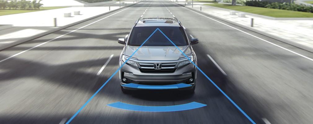 Si el conductor comienza a salir de un carril detectado sin usar los indicadores de giro, el sistema alertará al conductor con un ícono en el panel de instrumentos y una advertencia audible.