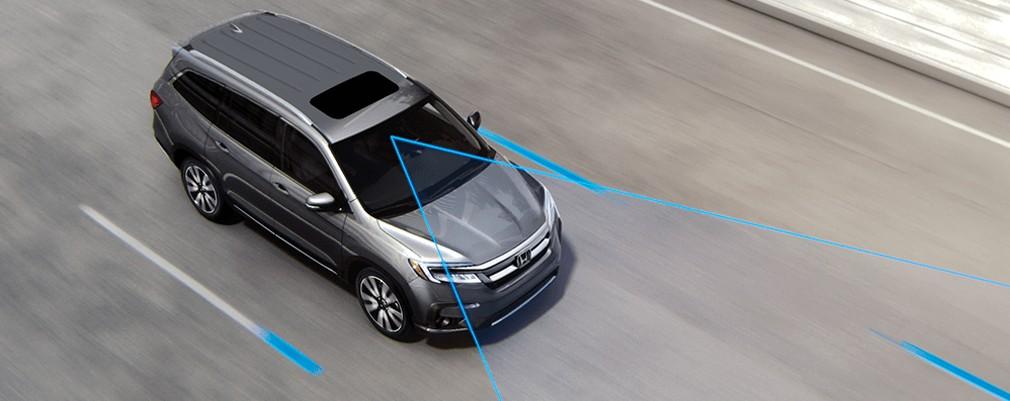 Este sistema ayuda a mantener al vehículo adentro del carril demarcado a velocidades entre 70 y 145 km/h. Puede corregir levemente la trayectoria, aplicando un giro correctivo para ayudar al conductor a mantenerse en las líneas correctas.
